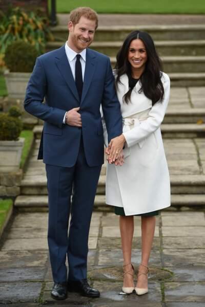 Le Prince Harry et Meghan Markle posent à Kensington après l'annonce de leur fiançailles, en novembre 2017
