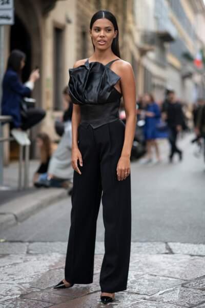 Tina Kunakey ultra chic en total look noir lors du défilé Giorgio Armani printemps-été 2020