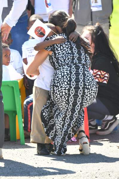 Meghan Markle porte une robe Mayamiko, une marque écoresponsable du Malawi