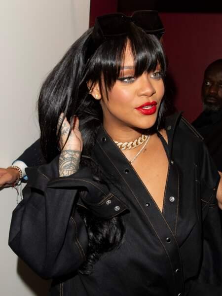 Rihanna a aussi craqué pour les cheveux longs, noirs brillants et dotés d'une frange