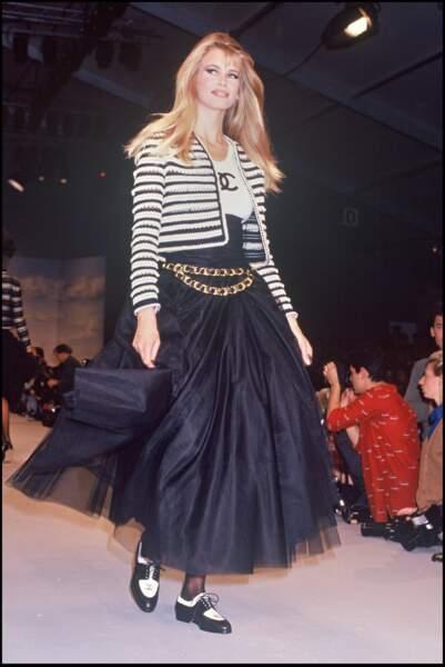 Le top allemand Claudia Schiffer lors d'un défilé Chanel à Paris en 1992