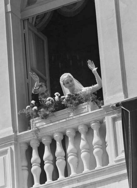 La princesse Grace et le prince Rainier de Monaco saluent la foule après leur mariage le 19 avril 1956
