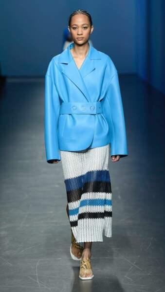 Boss illumine la veste en cuir avec un bleu ciel intense, associée à une jupe envoutante.