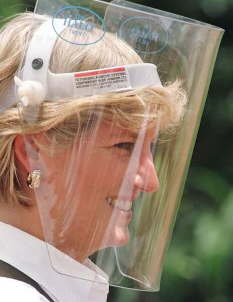 Lady Diana souriante avec un casque en Angola