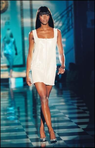 Le top Naomi Campbell lors du défilé Versace à Paris en 1995