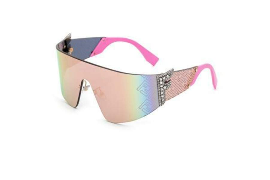 A l'image de Nicki Minaj, les lunettes reprennent les codes des années 1990, logotées et irisées.
