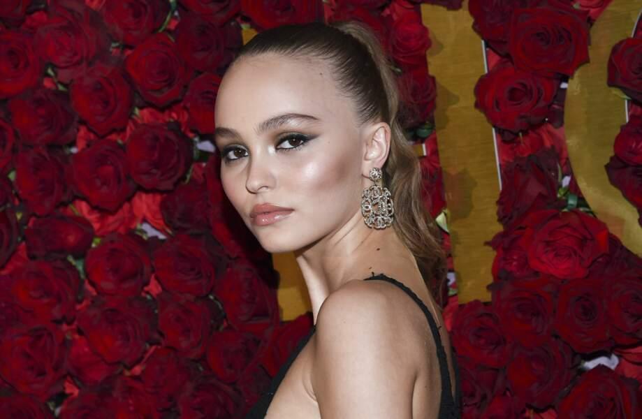 Lily-Rose Depp : pommettes saillantes blushées, bouche nude glossée et regard feutré