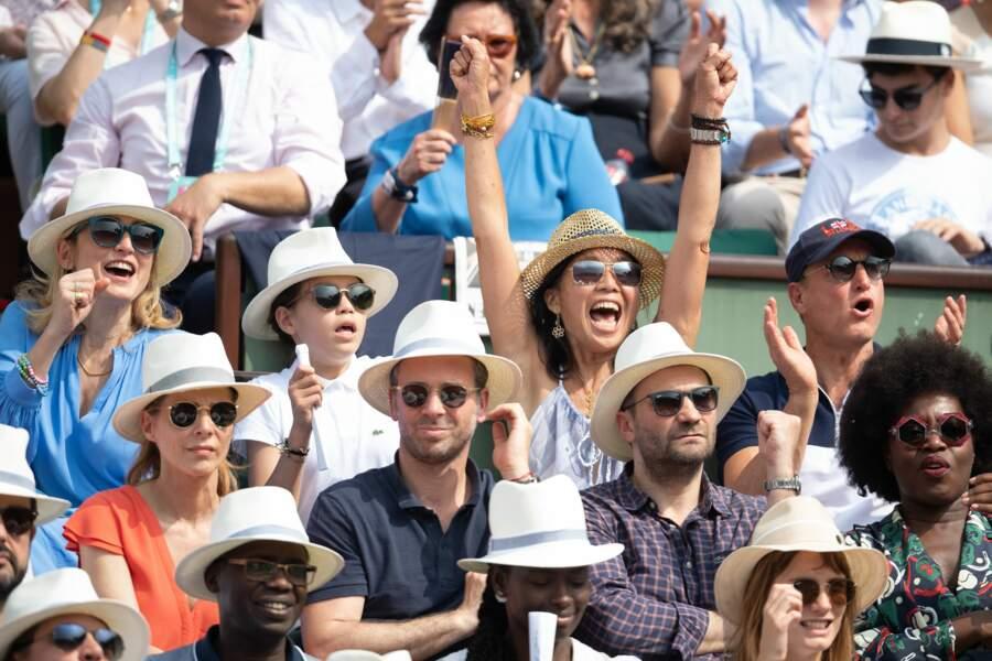 Julie Gayet, son fils, l'acteur Woody Harrelson et son épouse Laura à Roland Garros le 9 juin 2018