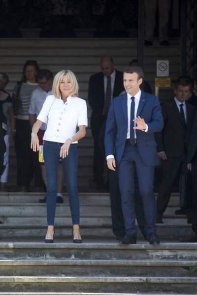 11 juin : Brigitte Macron en jean slim et blazer blanc à boutons au Touquet pour les législatives