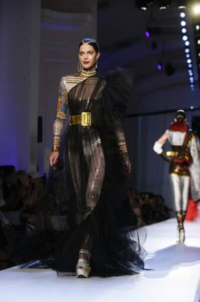 Iris Mittenaere sublime dans une robe transparente imaginée par Jean-Paul Gaultier Haute Couture