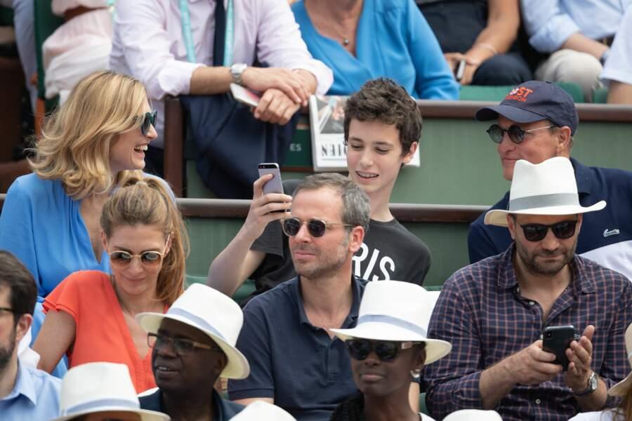 Le fils de Julie Gayet prenant un selfie avec Woody Harrelson à Roland Garros