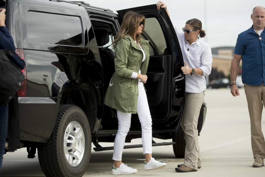 "Melania Trump et sa veste Zara ""I Really Don't Care, Do U?"" à la base militaire de la US Air Force le 21 juin 2018"