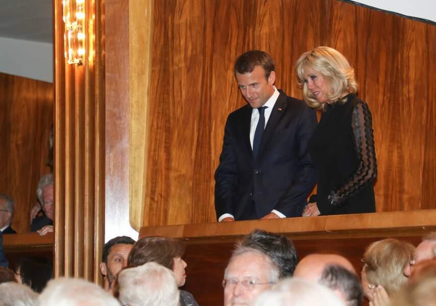 Brigitte Macron et Emmanuel Macron très chic et élégant tous les deux en noir