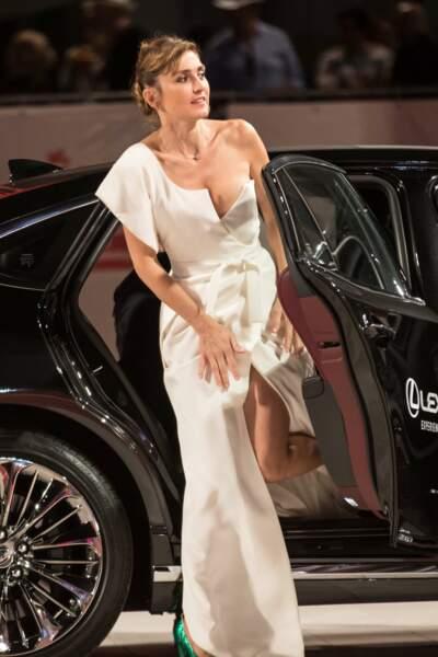 Julie Gayet en robe très fendue assure pour sortir de sa voiture