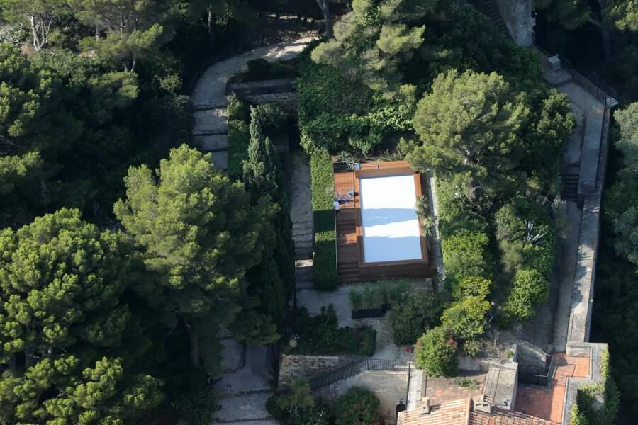 Vue sur la fameuse piscine du fort de Brégançon, où Emmanuel et Brigitte Macron passent leurs vacances