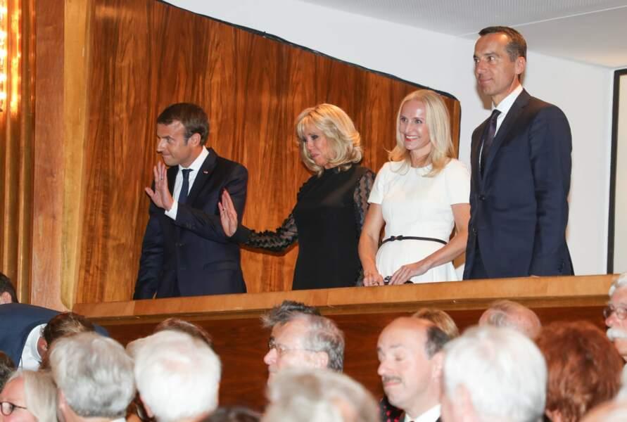 Brigitte Macron en robe noire aux manches transparentes en Autriche