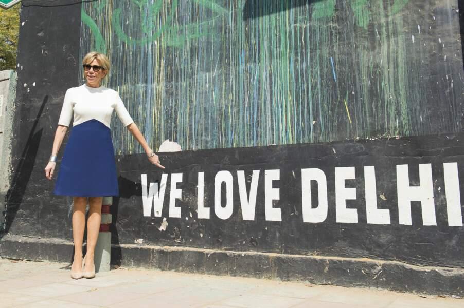 Brigitte Macron très chic en lunettes de soleil et robe Louis Vuitton