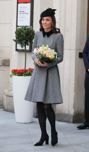 Kate Middleton très fine dans sa robe-manteau grise signée Catherine Walker et bibi noir sur cheveux lâchés