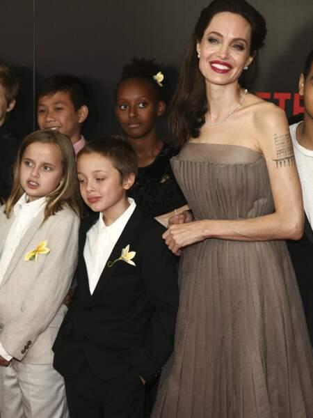Angelina Jolie, sublime en robe décolletée, bouche rouge avec ses jumeaux très chics