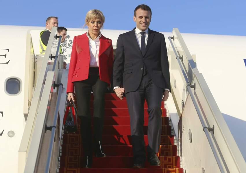 Brigitte Macron en rouge et blanc pour son arrivée en Tunisie