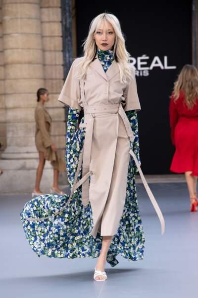 La sublime Soo Joo Park en Rock porte le rouge Kontrasted de la collab' Karl x L'Oréal Paris
