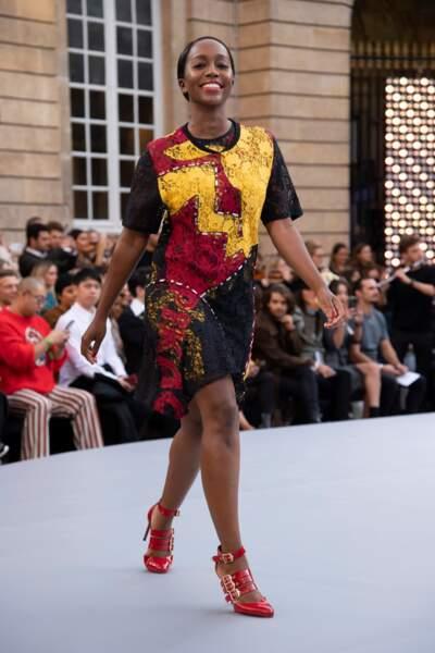 La star américaine Aja Naomi King porte le rouge Signature Sunset n°127 L'Oréal Paris