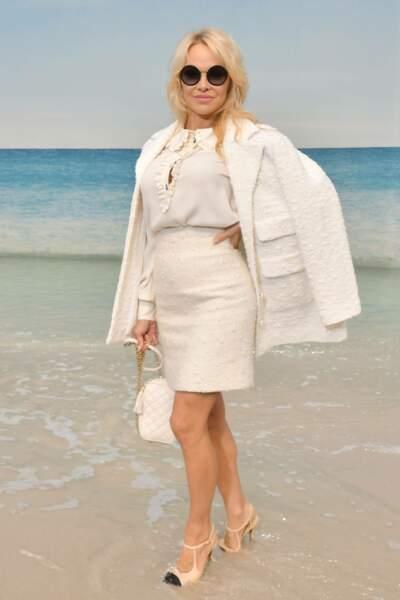 Pamela Anderson pose dans le décor estival de Chanel