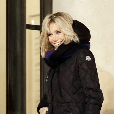 PHOTOS – Brigitte Macron: en talons hauts pour promener son chien Nemo, rien ne lui fait peur!