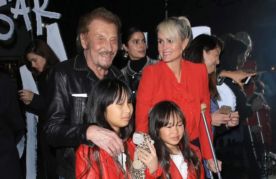 Johnny Hallyday, sa femme Laeticia (en béquilles) et leurs filles Jade et Joy