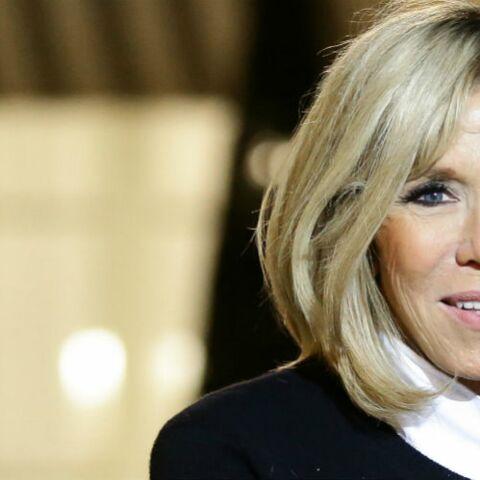 PHOTOS – Brigitte Macron en jeans, la première dame au côté de son mari pour accueillir Florence Foresti et Flavie Flament à l'Élysée