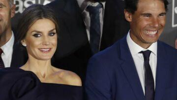 PHOTOS – Letizia d'Espagne sublime en robe «one-shoulder» et chignon sophistiqué aux côtés de Rafael Nadal