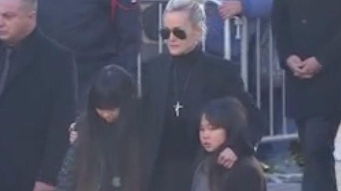 VIDEO – Hommage à Johnny Hallyday: Laeticia Hallyday porte la croix du rockeur, il est toujours avec elle