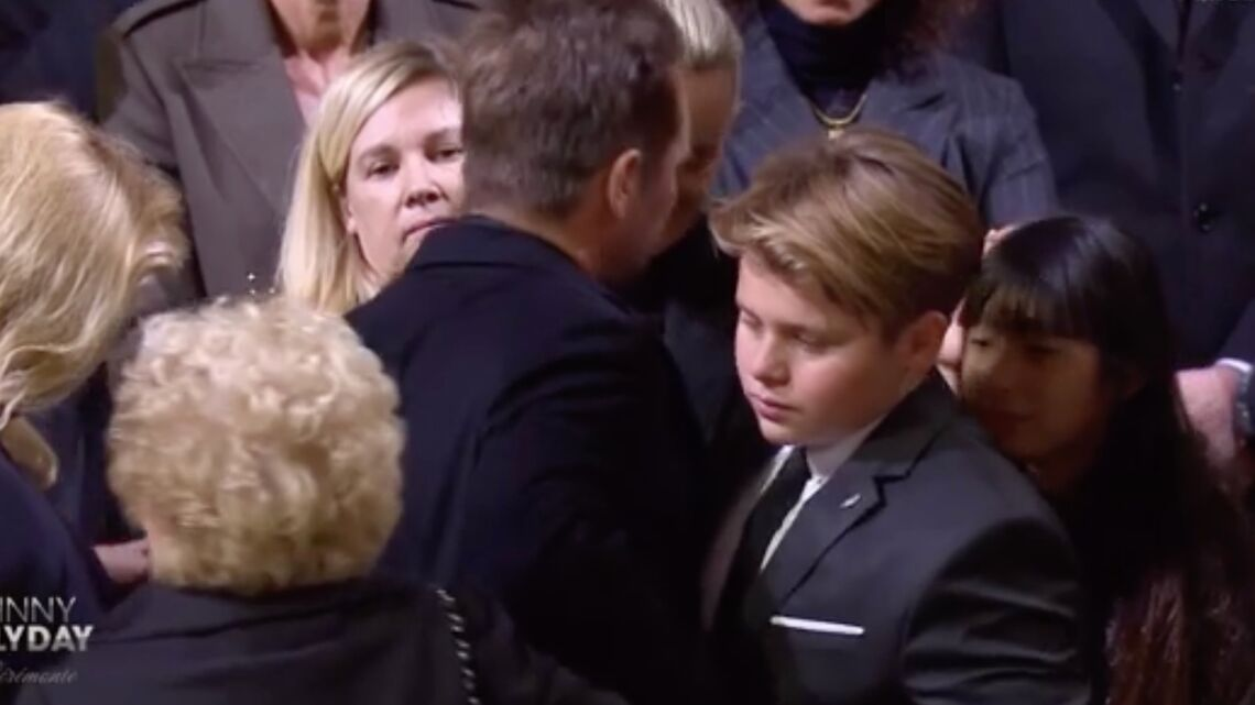 VIDEO – David Hallyday: son fils Cameron, le petit dernier, en larmes dans ses bras aux obsèques de Johnny Hallyday
