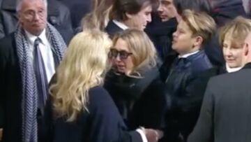 VIDEO – Hommage à Johnny Hallyday: Laura Smet, bouleversante, en larmes dans les bras de Sylvie Vartan