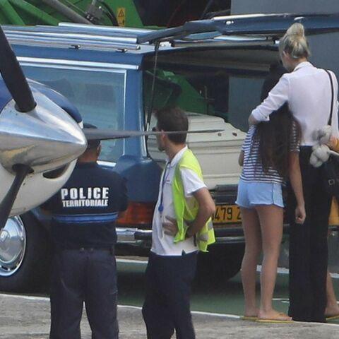 PHOTOS – Laeticia Hallyday et ses filles Jade et Joy se recueillent sur le cercueil de Johnny à leur arrivée à St-Barth
