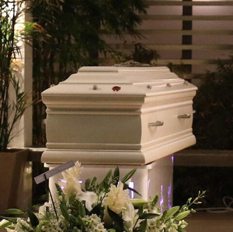 PHOTOS – Les images du cercueil de Johnny Hallyday au funérarium