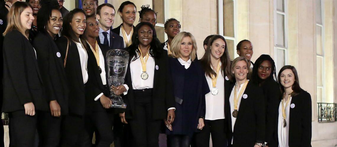 PHOTOS – Brigitte Macron ne quitte plus son slim en cuir: la première dame chic pour accueillir les championnes de handball