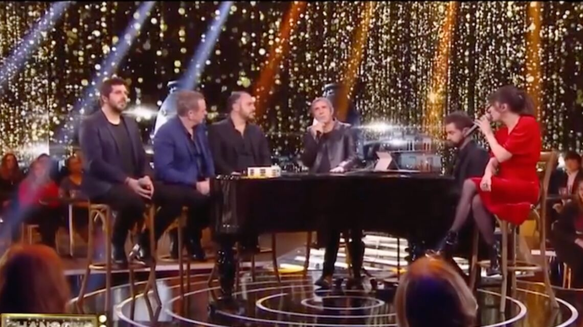 VIDEO – Quand Julien Clerc et Nolwenn Leroy rendent hommage à Johnny Hally­day