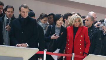 PHOTOS – Brigitte Macron: rayonnante en manteau rouge et cuissardes au bras de son mari pour leur arrivée en Chine