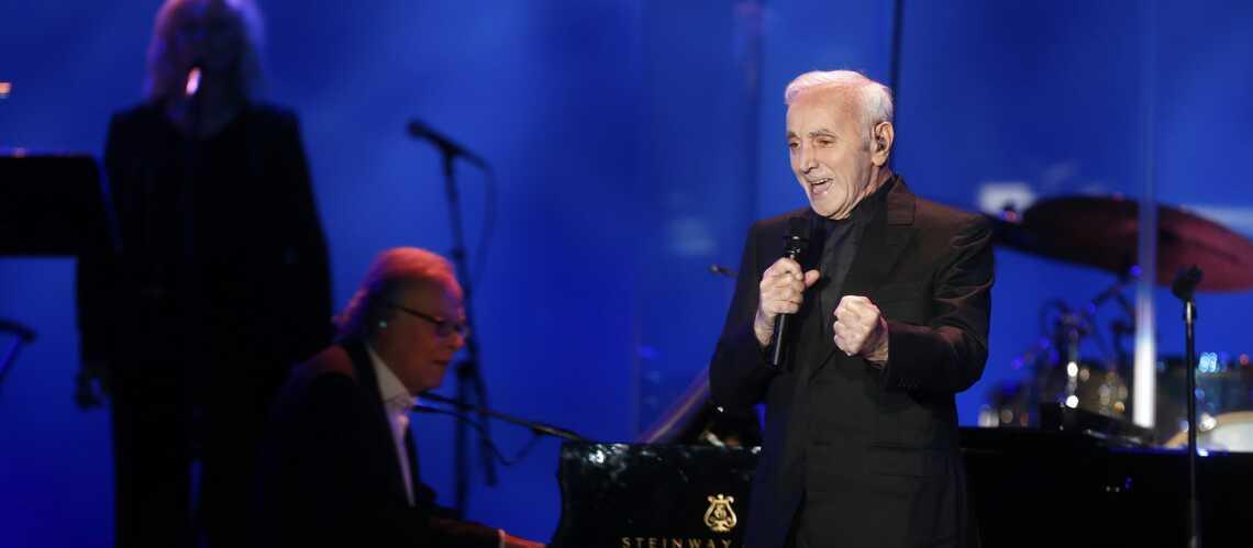 """VIDÉO: Le tendre souvenir de Charles Aznavour, lorsqu'il vivait avec Johnny Hallyday: """"On chantonnait ensemble"""
