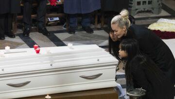 Laeticia Hallyday: avant de quitter St-Barth, elle est allée se recueillir sur la tombe de Johnny