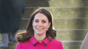 PHOTOS – Kate Middleton enceinte : Dans son manteau rose, la duchesse rayonne