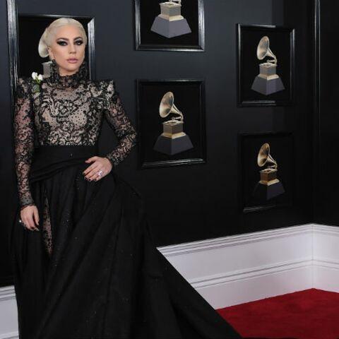 PHOTOS – Rita Ora, Lady Gaga, Miley Cyrus…pourquoi elles  portaient toutes une rose blanche à la soirée des Grammy Awards?