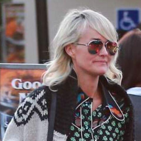PHOTOS – Laeticia Hallyday: pause shopping pendant que ses filles Jade et Joy sont à l'école