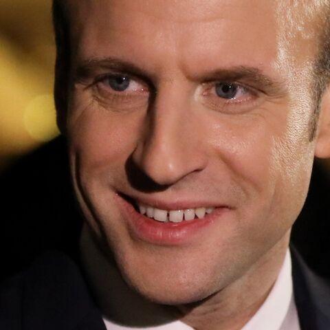 Oups! Emmanuel Macron croit prendre la main de Brigitte mais se trompe