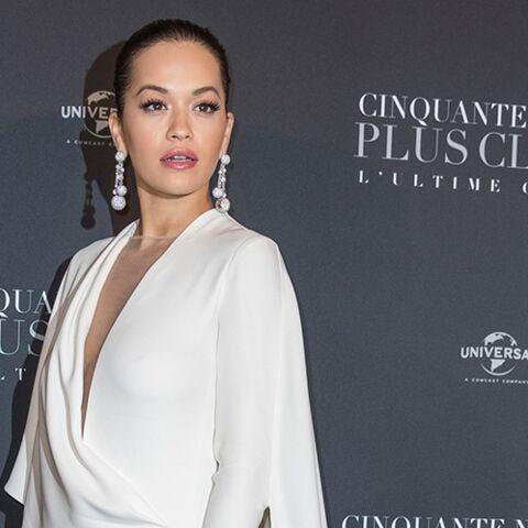 PHOTOS – Rita Ora: glam et sexy en combinaison décolletée à l'avant-première de 50 nuances plus claires