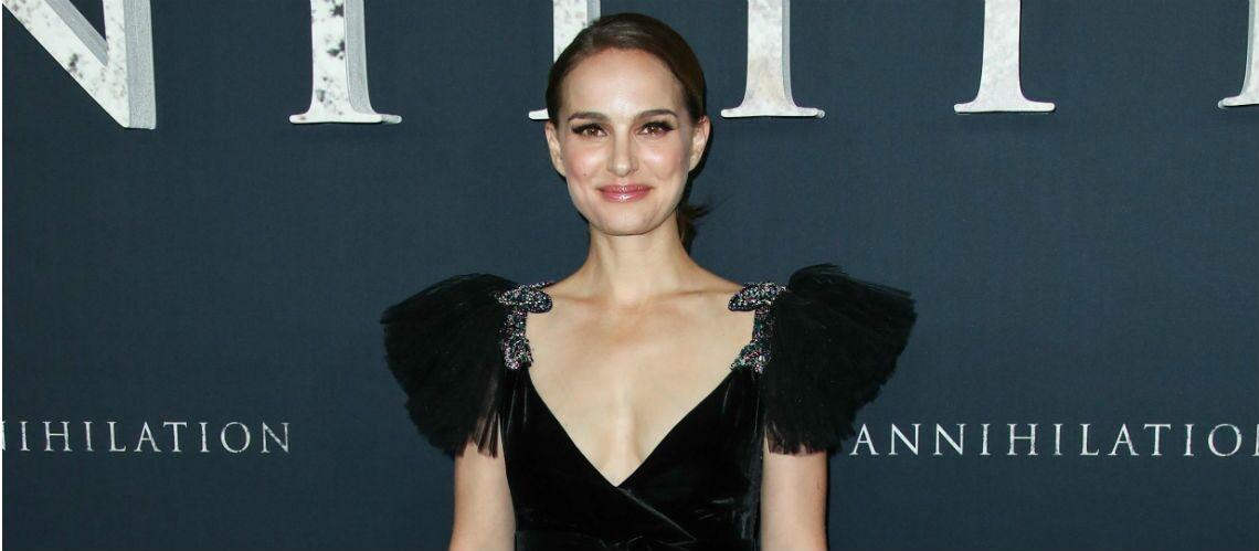 PHOTOS – Natalie Portman, radieuse, dans une robe décolletée Valentino
