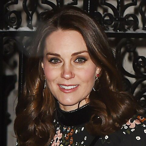 PHOTOS – Kate Middleton, enceinte: elle brave la neige en stilettos et robe fleurie pour se rendre au musée