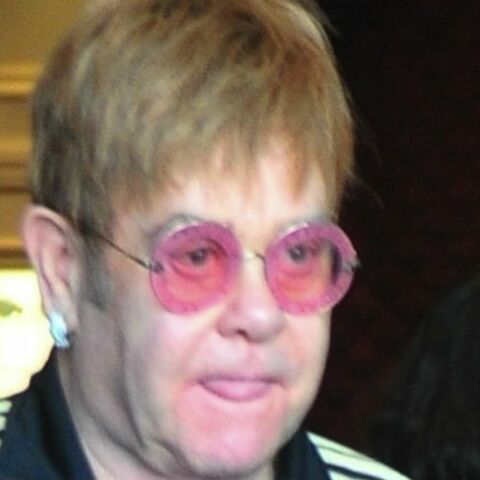 Elton John déshérité par sa mère: il n'aura droit qu'à deux vases