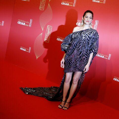 PHOTOS – La robe «sac poubelle» de Marion Cotillard aux César ne passe pas